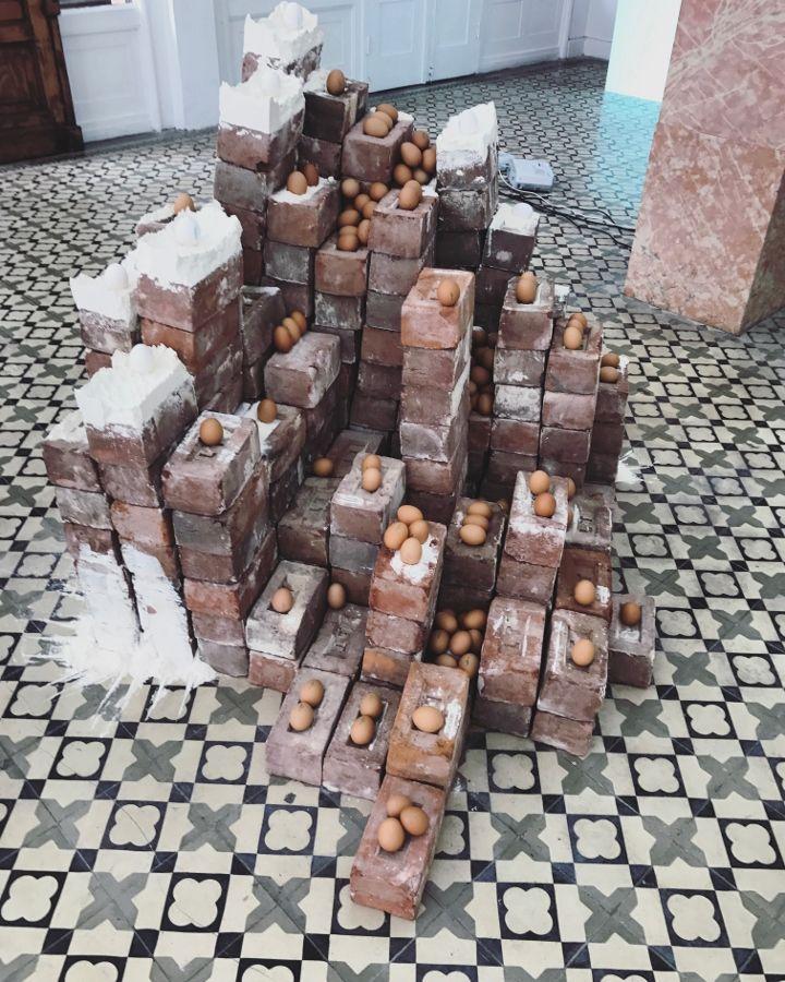 """Gabriel Chaile. Vista de la exposición """"Tokio Ya No Nos Quiere"""", Tokio Galería, Callao, Perú, 2017. Foto cortesía de la galería"""