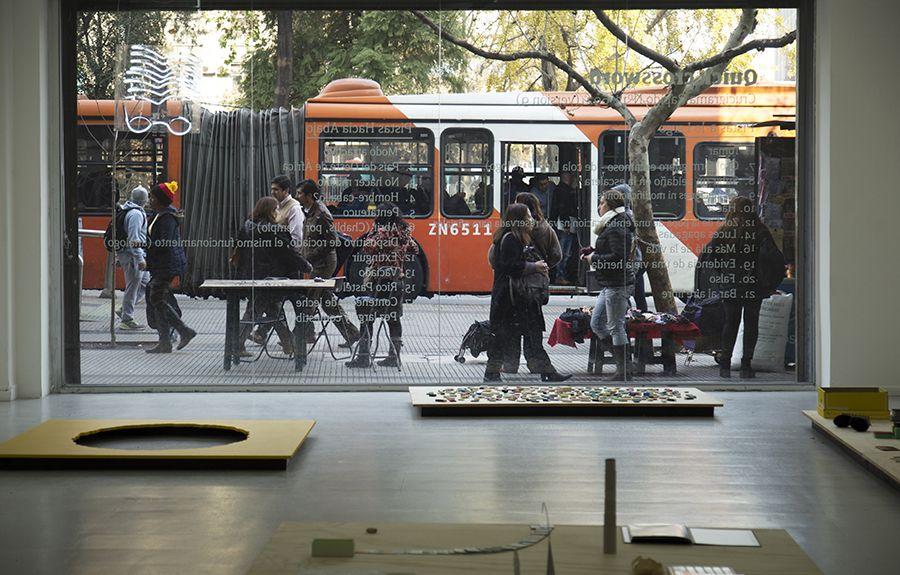 Vista de la exposición Los libros y las cosas de Martín La Roche en Galería Gabriela Mistral, Santiago de Chile. Foto: Carla Yovane, cortesía del artista.