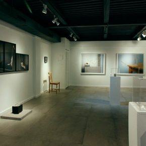 Vista de la exposición El objeto y la imagen (esto tampoco es una silla), curada por el colectivo Aluna en Concrete Space Projects, Doral, Miami. Foto: cortesía de la galería.