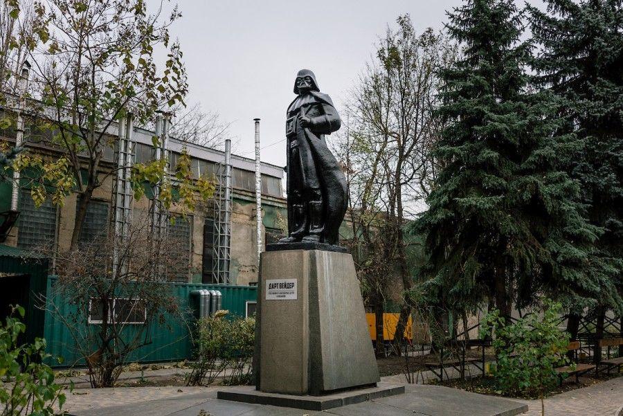 Niels Ackermann & Sebastien Gobert. El artista Alexander Milov transformó esta estatua de Lenin en Darth Vader a las afueras de la fábrica Odessa. 21 de noviembre de 2015. Cortesía: Niels Ackermann/Lundi13.