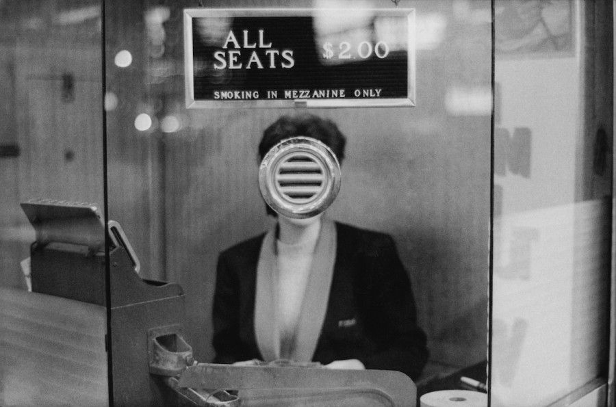 Joel Meyerowitz, Movie Theater Booth, Times Square, New York City, 1963. Cortesía del artista y Howard Greenberg Gallery.