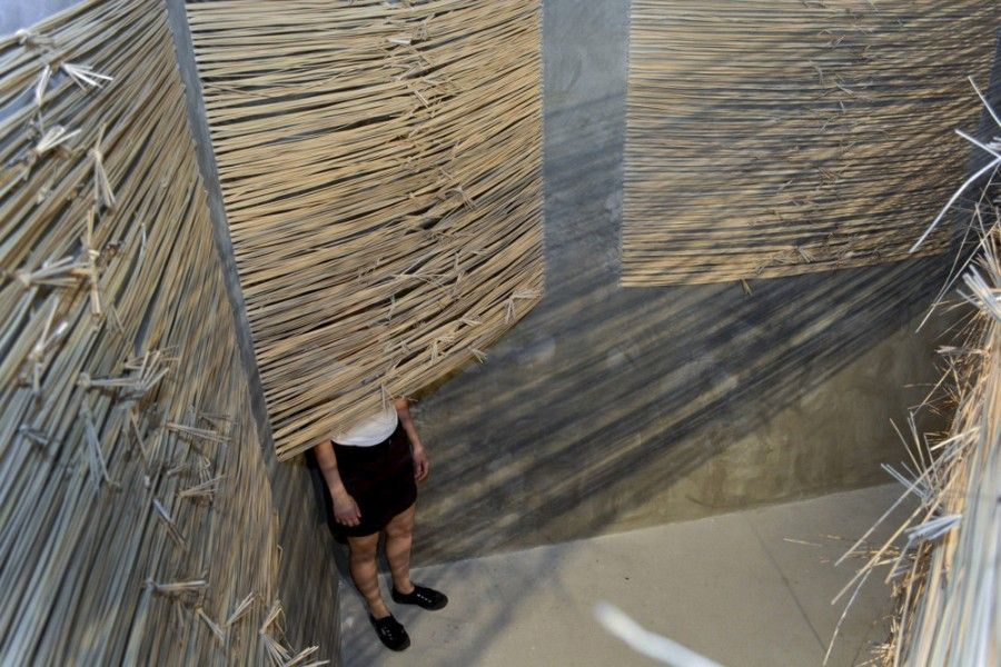 María Inés Agurto Hormazábal, Muro de Contención. Junco tejido a través de paneles de drywall recubiertos en cemento, 3.00 x 5.00 x 2.50 mts. Foto: Dana Bonilla