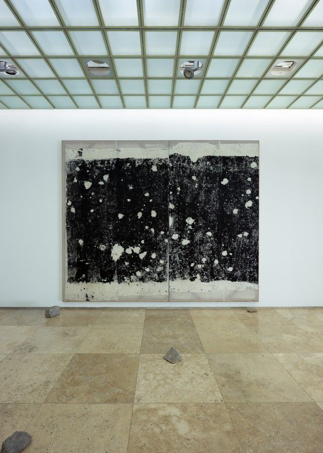 """Vista de la exposición """"Poéticas del Resto. Supernova"""", de Giancarlo Scaglia, en la galería Patricia Ready, Santiago de Chile, 2017. Foto: Felipe Ugalde"""