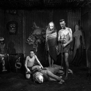 Assault (2012) de Roger Ballen, parte de su primera exposición en Chile, en Matucana 100, Santiago. Foto: cortesía Matucana 100.