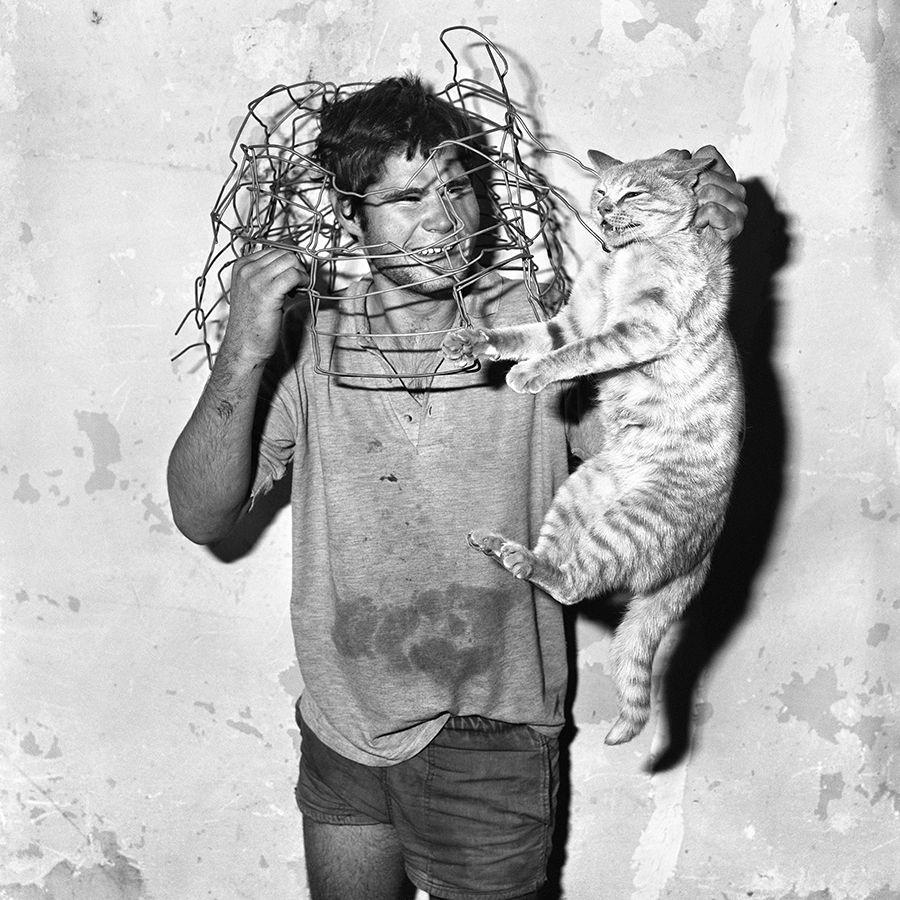 Cat Catcher (1998) de Roger Ballen, parte de su primera exposición en Chile, en Matucana 100, Santiago. Foto: cortesía Matucana 100.