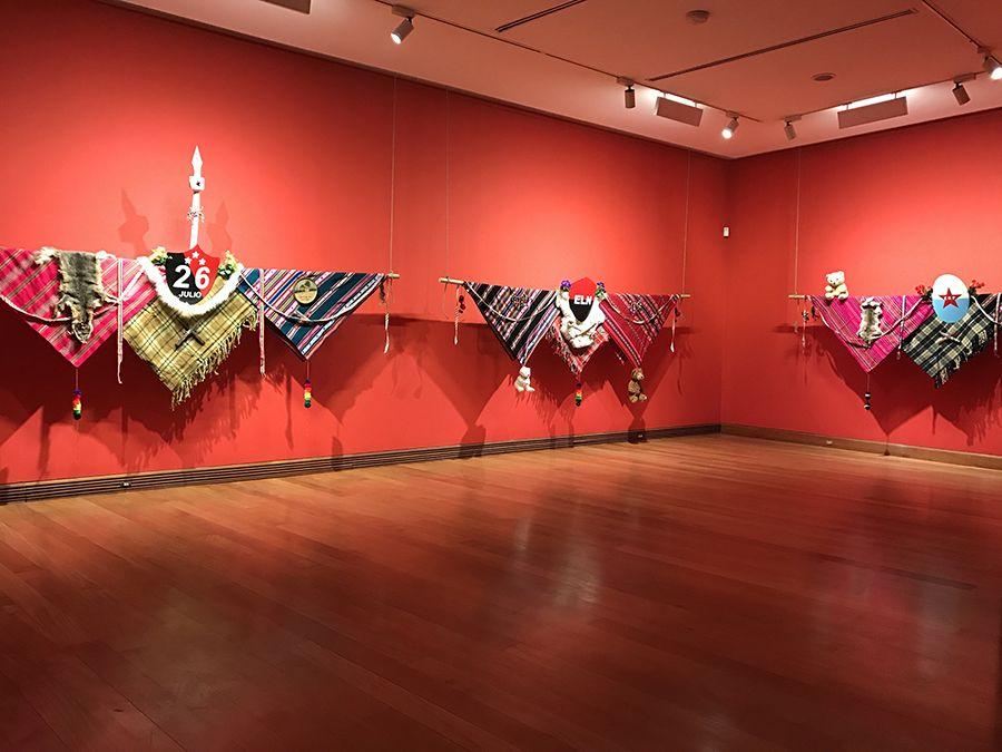Instalación Escudos de Armas, parte de la exposición El Fantasma de la Utopía de Arturo Duclos en el Museo de Artes Visuales de Santiago, Chile. Foto: cortesía MAVI.