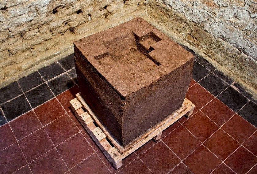 María Inés Agurto Hormazábal, Lima Post Hispánica. Cubo de adobe (0.50 x 0.50 x 0.50 mts) Mapa de Lima (36 x 47 x 4.5 cms.). Foto cortesía de la artista