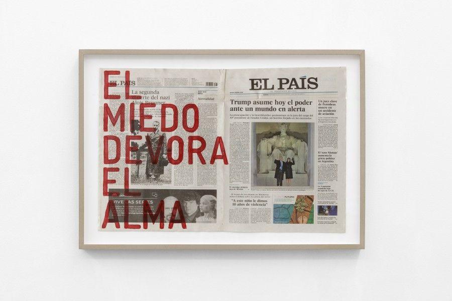 Rirkrit Tiravanija, Untitled, 2017 (El miedo devora el alma/viernes 20 de enero de 2017), esmalte sobre periódico, 37,8 x 58 cm. Cortesía: kurimanzutto