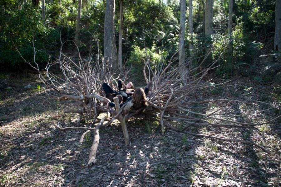 María Inés Agurto Hormazábal, Refugio. Madera (troncos y ramas) con tornillos, 2.00 x 4.00 x 3.00 mts. Foto: Maritza Cafatti y Julie Ryan