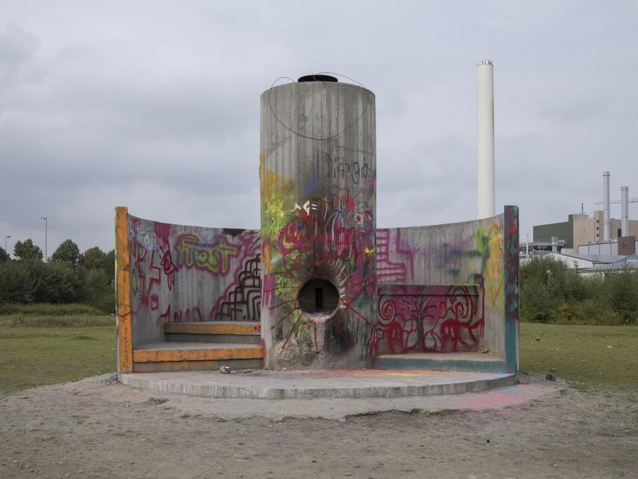Oscar Tuazon. Obra intervenida por el público hacia el final del evento. Cortesía: Skulptur Projekte Münster, 2017