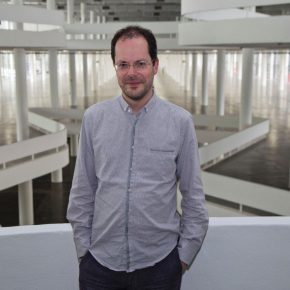 Gabriel Pérez-Barreiro. Curador de la 33° Bienal de Sao Paulo. Foto: Pedro Ivo Trasferetti/Fundação Bienal de São Paulo