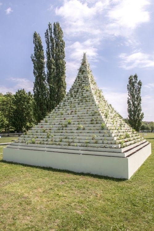 Agnes Denes, The Living Pyramid, en el Nodstadt Park, Kassel, Alemania. Documenta 14. Foto: © Nils Klinger