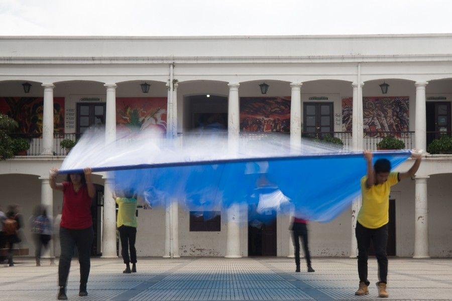 Registro de la performance Cambio de Poder (2017) de Miguel Braceli, en Santa Cruz de la Sierra, Bolivia. Foto: cortesía del artista.