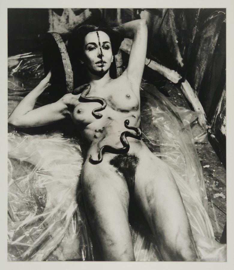 Carolee Schneemann, Eye Body: 36 Transformative Actions for Camera, 1963. Cortesía de la artista, P.P.O.W Gallery (Nueva York), Hales Gallery (Londres), Galerie Lelong, (París), y VG Bild-Kunst (Bonn)