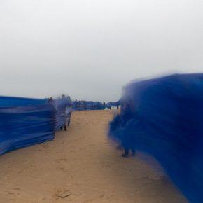 Registro de la performance El Fin del Mar (2017) de Miguel Braceli, en Santa Cruz de la Sierra, Bolivia. Foto: cortesía del artista.