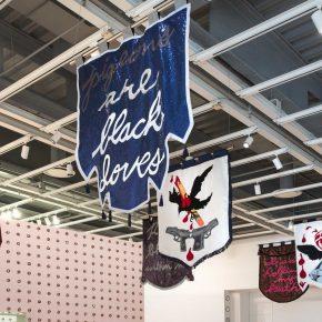 Cauleen Smith, In the Wake, 2017, técnica mixta, 16 componentes c/u de 60 x 48 pulgadas. Whitney Biennial 2017. Colección de la artista. Cortesía: Corbett vs Dempsey, Chicago, y Kate Werble Gallery, N.Y. Foto cortesía de la Bienal del Whitney