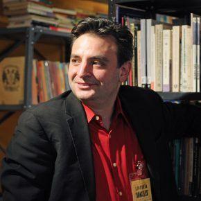 Pablo Helguera en una de las itinerantes Librería Donceles. Foto: Tim Trumble.