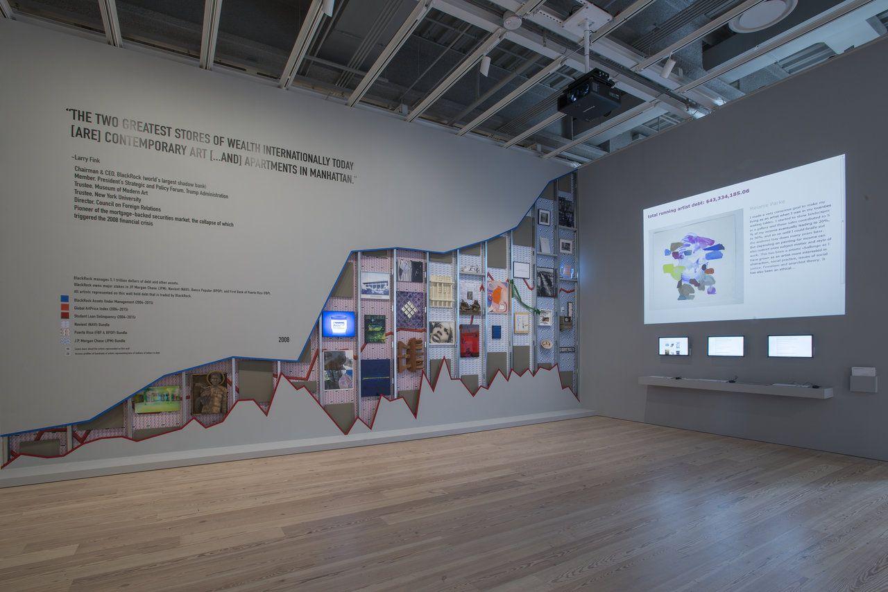 Occupy Museums, Debtfair, 2017. Vista de la instalación en la Whitney Biennial 2017. Treinta obras y un website interactivo. Cortesía de los artistas. Whitney Museum of American Art, Nueva York. Foto: Bill Orcutt