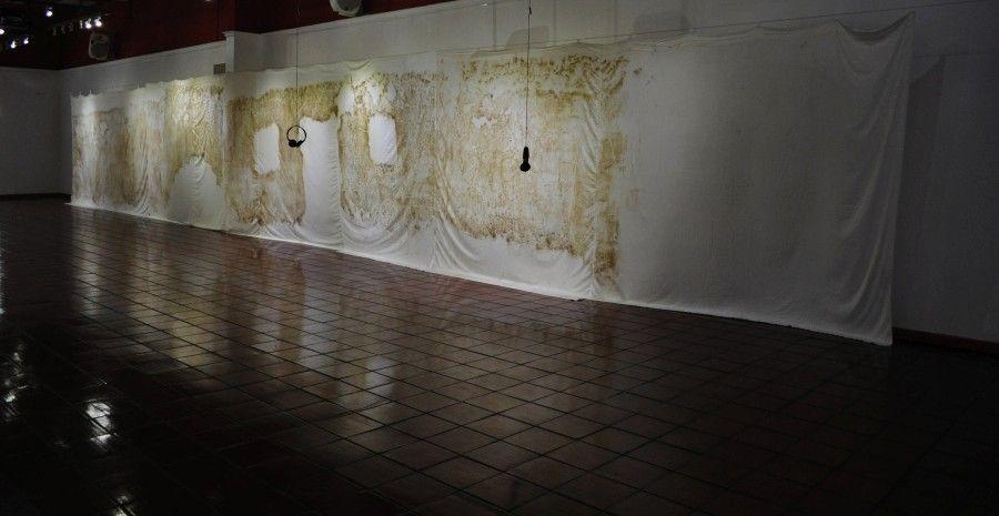 """Vista de la exposición """"RE(HABITAR)"""", de Liliana Zapata, presentada por CO galería en el Centro Cultural Montecarmelo, Santiago de Chile, 2017. Cortesía de la galería"""