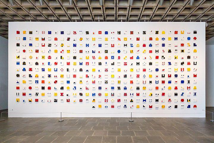 Lygia Pape, Livro do tempo, 1961–1963, témpera y acrílico sobre madera; 365 partes. Vista de la instalación en el Met Breuer, Nueva York. Foto: Corrado Serra