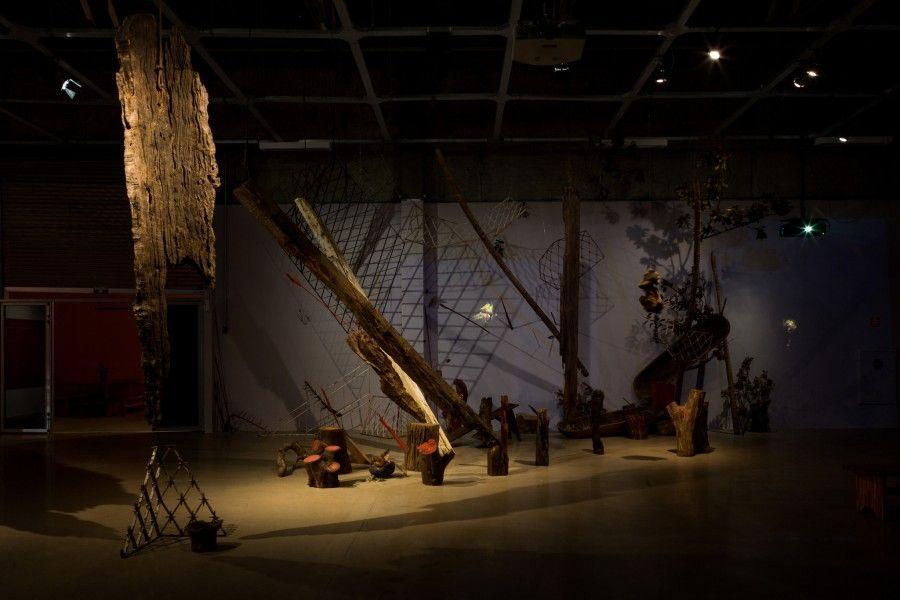 "Vista de la exposición ""Nada levarei quando morrer, aqueles que me devem cobrarei no inferno"", en el Galpão VB, Sao Paulo, 2017. Foto: Pedro Napolitano Prata"