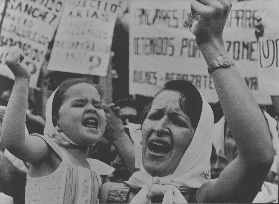 Adriana Lestido, Madre e Hija de Plaza de Mayo, 1982. Cortesía: UNTREF