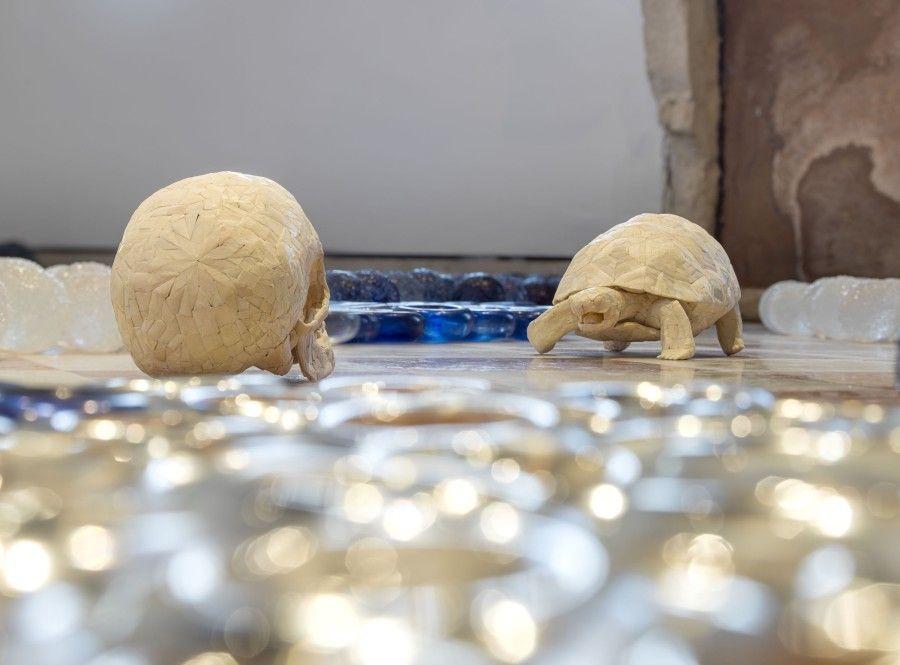 Jan Fabre, Dioses griegos en un paisaje corporal (2011), cristal de Murano, huesos humanos y tinta de bolígrafo Bic. Fotografía: Pat Verbruggen. Cortesía del artista