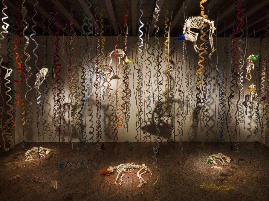 Jan Fabre, Catacumbas de perros callejeros muertos (2009-2017), cristal de Murano, esqueletos de perro, acero inoxidable. Fotografía: Pat Verbruggen. Cortesía del artista