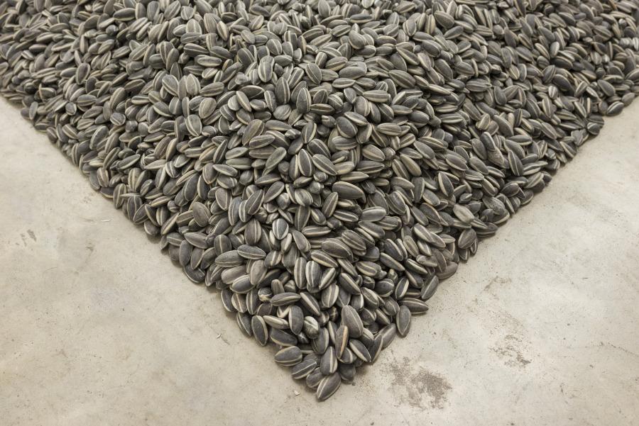 """Semillas de Girasol. Vista de la exhibición """"Inoculación"""", de Ai Weiwei, en Fundación PROA, Buenos Aires, 2017-2018. Cortesía: PROA"""