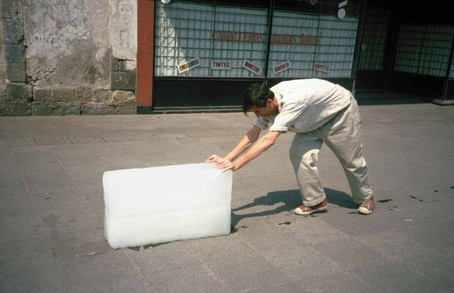 Francis Alÿs, Paradox of Praxis 1 (Sometimes Making Something Leads to Nothing) 1997. Imagen cortesía del artista