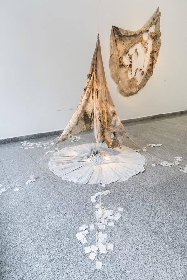 """Vista de la exposición """"El peso de las cosas"""", de Paula de Solminihac. Sala Gasco Arte Contemporáneo, Santiago de Chile, 2017. Foto: Jorge Brantmayer"""