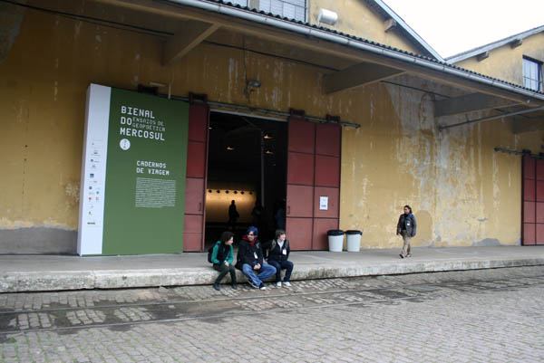Vista de la entrada a la sección Cuadernos de Viaje, en Cais do Porto, Porto Alegre, Brasil