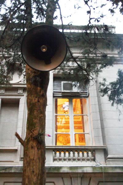 Santiago Sierra, Himnos de Argentina, Brasil, Chile, Paraguay y Uruguay, reproducidos al mismo tiempo y continuamente (2007), instalación sonora