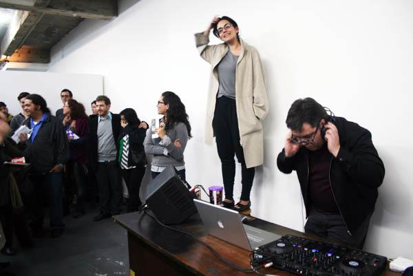 La curadora de Continentes, Paola Santoscoy, en la inauguración de la muestra Materia Prima, de ceroinspiración (Ecuador), en Atelier Subterránea (Porto Alegre)