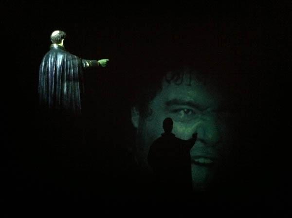 José Alejandro Restrepo, Exorcismo, 2006, santo de yeso y video, 1,20 x 0.80 m. 4 min