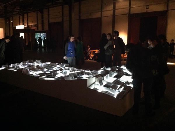 Voluspa Jarpa, La No-Historia, 2011, libros hechos con fotocopias de documentos desclasificados por la CIA, mobiliario, luz, medidas variables