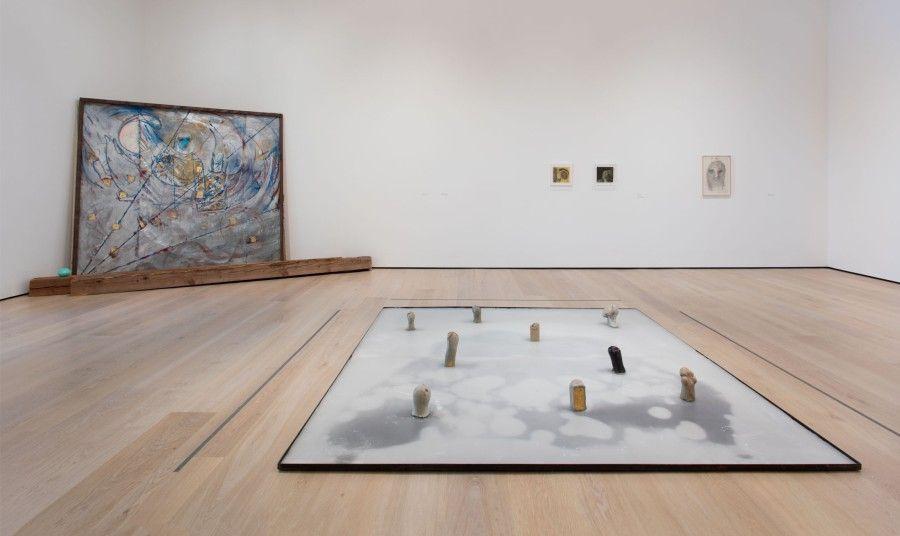 """Vista de la exposición """"Marisa Merz: The Sky Is a Great Space"""", en el Hammer Museum, Los Ángeles, 2017. Foto: Brian Forrest"""