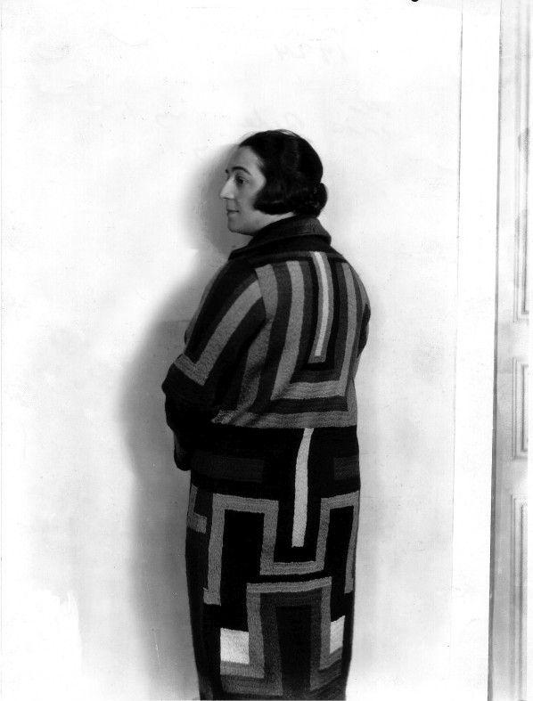 Sonia Delaunay con uno de sus abrigos de lana bordada, 1925. Cortesía: Museo Thyssen