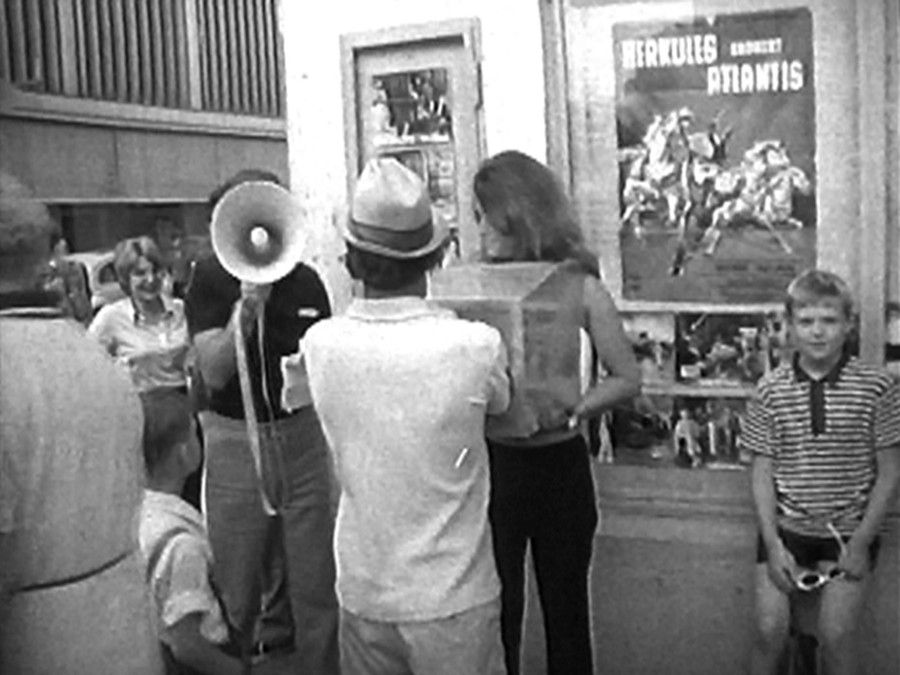 VALIE EXPORT, Touch Cinema, 1968, película en blanco y negro, sonido, 1:08 min. Cortesía: VENUS, Los Angeles