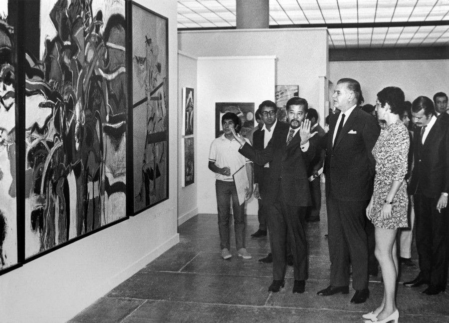 Fotógrafo no identificado. Kasuya Sakai, Javier Barros Sierra y Helen Escobedo en la inauguración del II Salón Independiente, Museo Universitario de Ciencias y Artes, 1969. Fondo Histórico MUCA, Centro de Documentación Arkheia, MUAC–UNAM