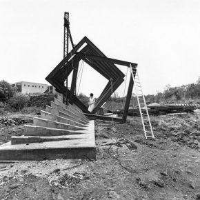 Fotógrafo no identificado, Helen Escobedo supervisando construcción de Cóatl en Ciudad Universitaria, 1979–1980. Fondo Helen Escobedo, Centro de Documentación Arkheia, MUAC – UNAM