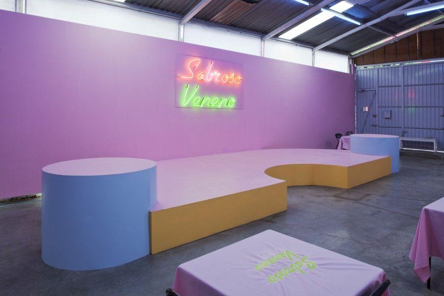 """Vista de la exposición """"Sabroso Veneno"""", de Radamés """"Juni"""" Figueroa, en Anonymous Gallery, Ciudad de México, 2017. Foto cortesía de la galería"""