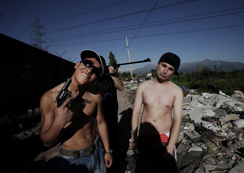 Un grupo de jóvenes enseñan orgullosos alguna de sus armas.puente alto , santiago de chile,15-10-2008