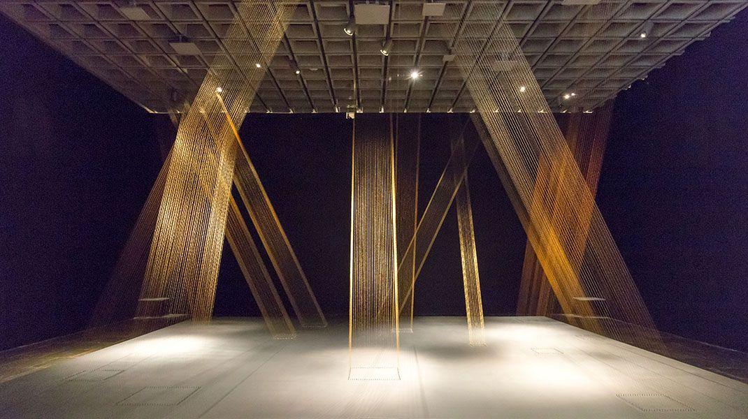 Lygia Pape, Ttéia 1, C 1976-2004; reconstruida en 2017. Hilo dorado, clavos, madera y luz. Vista de la instalación en el Met Breuer, Nueva York. Foto: Corrado Serra