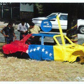 Juan Loyola, intervención con bandera venezolana sobre auto abandonado, Caracas,1980
