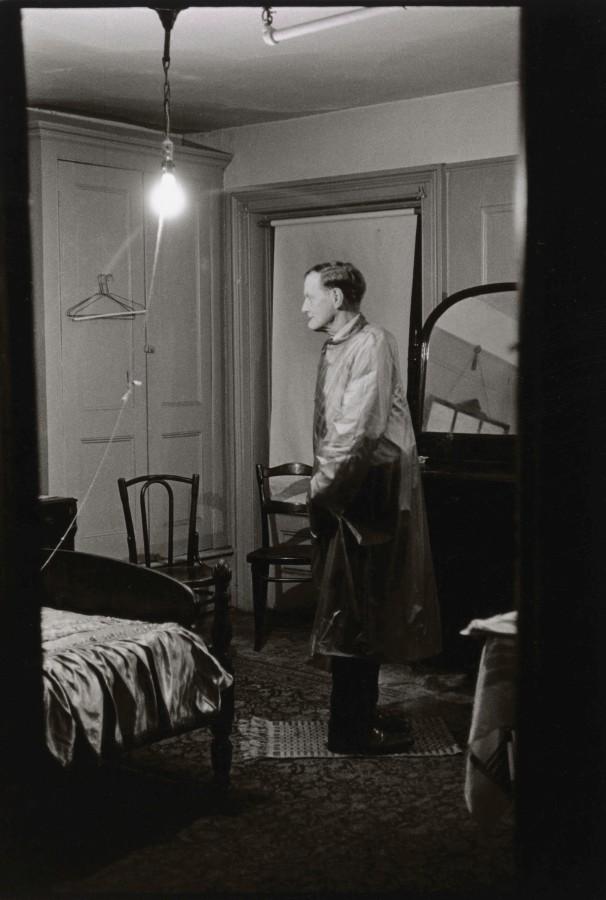 Diane Arbus, El Hombre Al Revés en su habitación de hotel, Ciudad de Nueva York 1961. Impresión en gelatina de plata. The Metropolitan Museum of Art © The Estate of Diane Arbus, LLC. Todos los derechos reservados