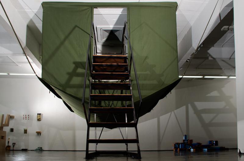 Luis Arroyo, Antílope, 2017, instalación (lona, madera, metal y bombillo) Carpa de lona: 280 x 320 x 420 cm / Escalera: 300 x 220 x 70 cm. Foto: Julio Osorio / Cortesía: Espacio Monitor