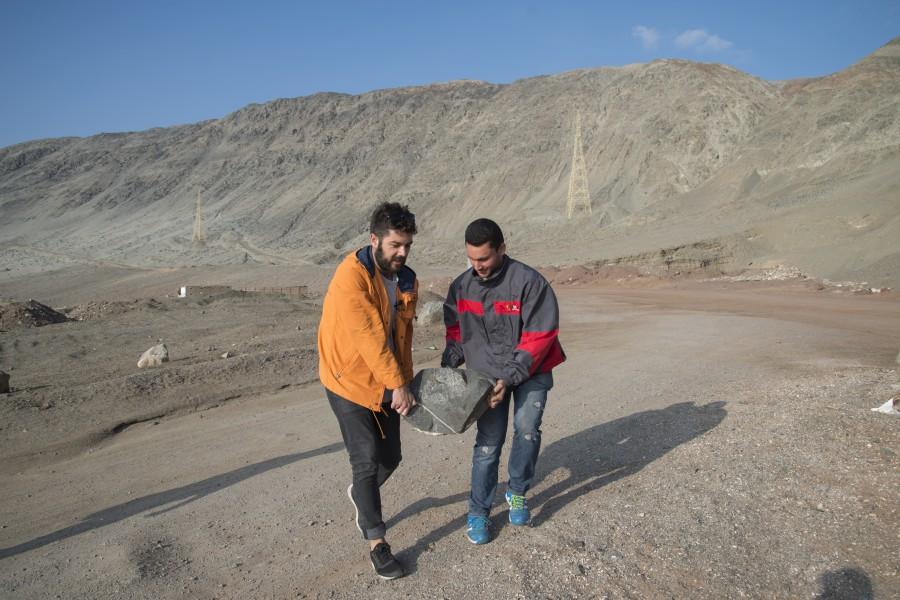 """Nicholas Jackson y asistente durante el proceso de obra """"Soportar los golpes"""", Caleta Coloso, Antofagasta, 2017. Parte de SACO6. Foto: Cristián Ochoa/Archivo SACO"""