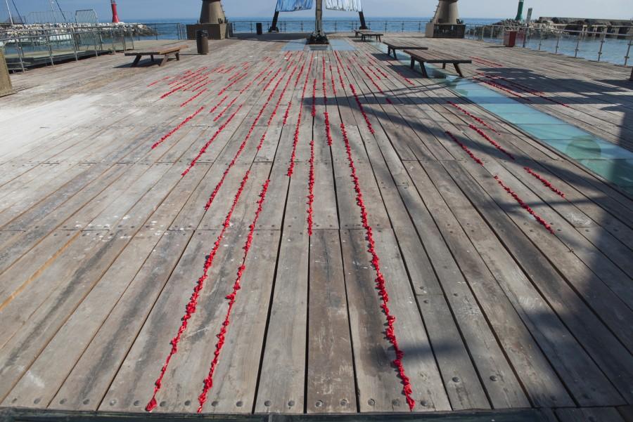 """Lucía Warck-Meister, """"Intersticios del amor """", 2017, tela roja, muelle. Parte de la muestra central de SACO6. Foto: Cristián Ochoa/Archivo SACO"""