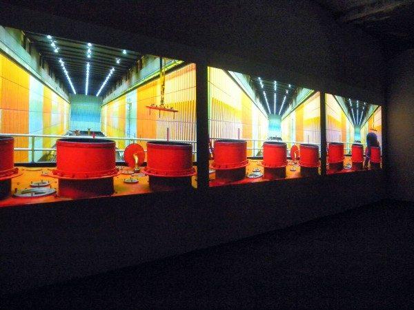 Alexander Apóstol, Contrato colectivo cromosaturado, 2012, video HD, instalación con tres pantallas, 45 min (en colaboración con Rafael Ortega)